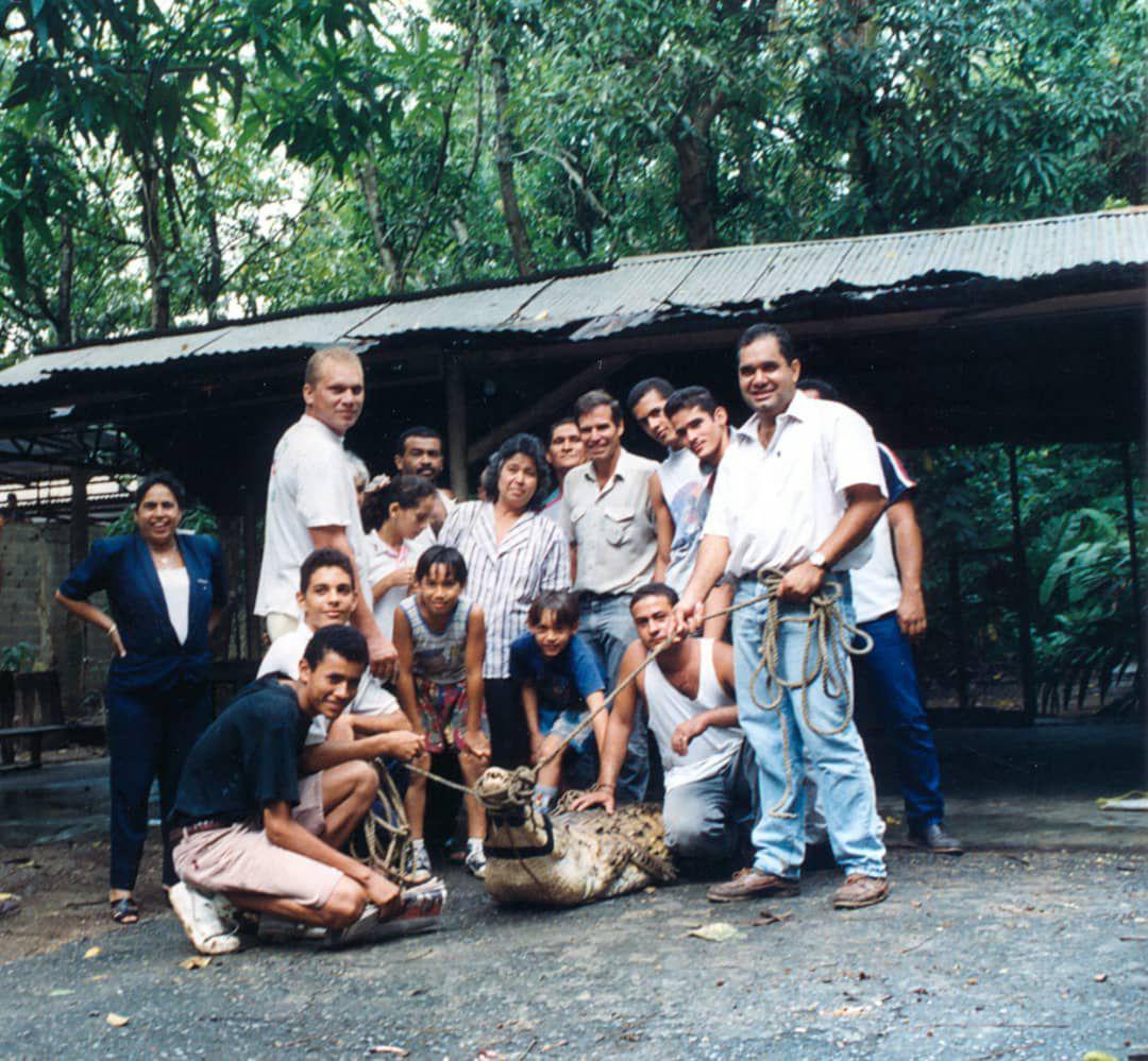 Miembros de la familia González Hernández despiden a Juancho, antes de ser trasladado por autoridades de Profauna al criadero agropecuario Puerto Miranda. Para ese entonces, tenía 17 años de edad.CECILIA GONZÁLEZ/CORTESÍA