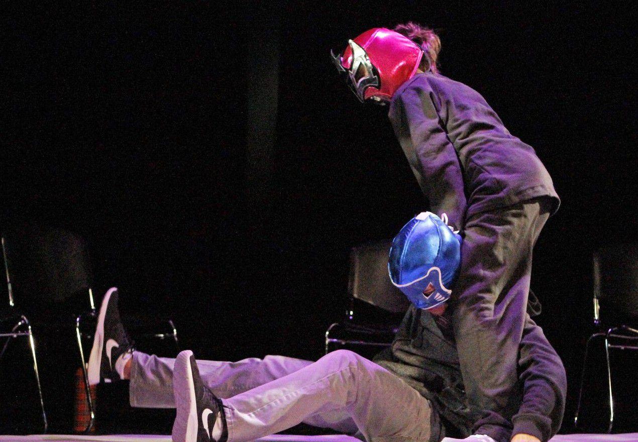 """Los actores Ninoshka Martinez (derecha, en en el papel de Lupita) y Roberto Moreno (El Hijo), durante una escena de """"Luchadora!"""", una obra en desarrollo. (ESPECIAL PARA AL DÍA/BEN TORRES)"""