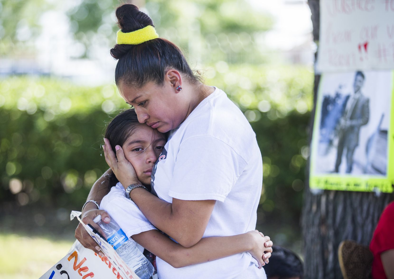 Jose Cruz's mother, Ana Henriquez, comforts Cruz's sister, Stephanie Eschriche, near Cruz's burial site on Sept. 9, 2016, at Crown Hill Memorial Park in Dallas.