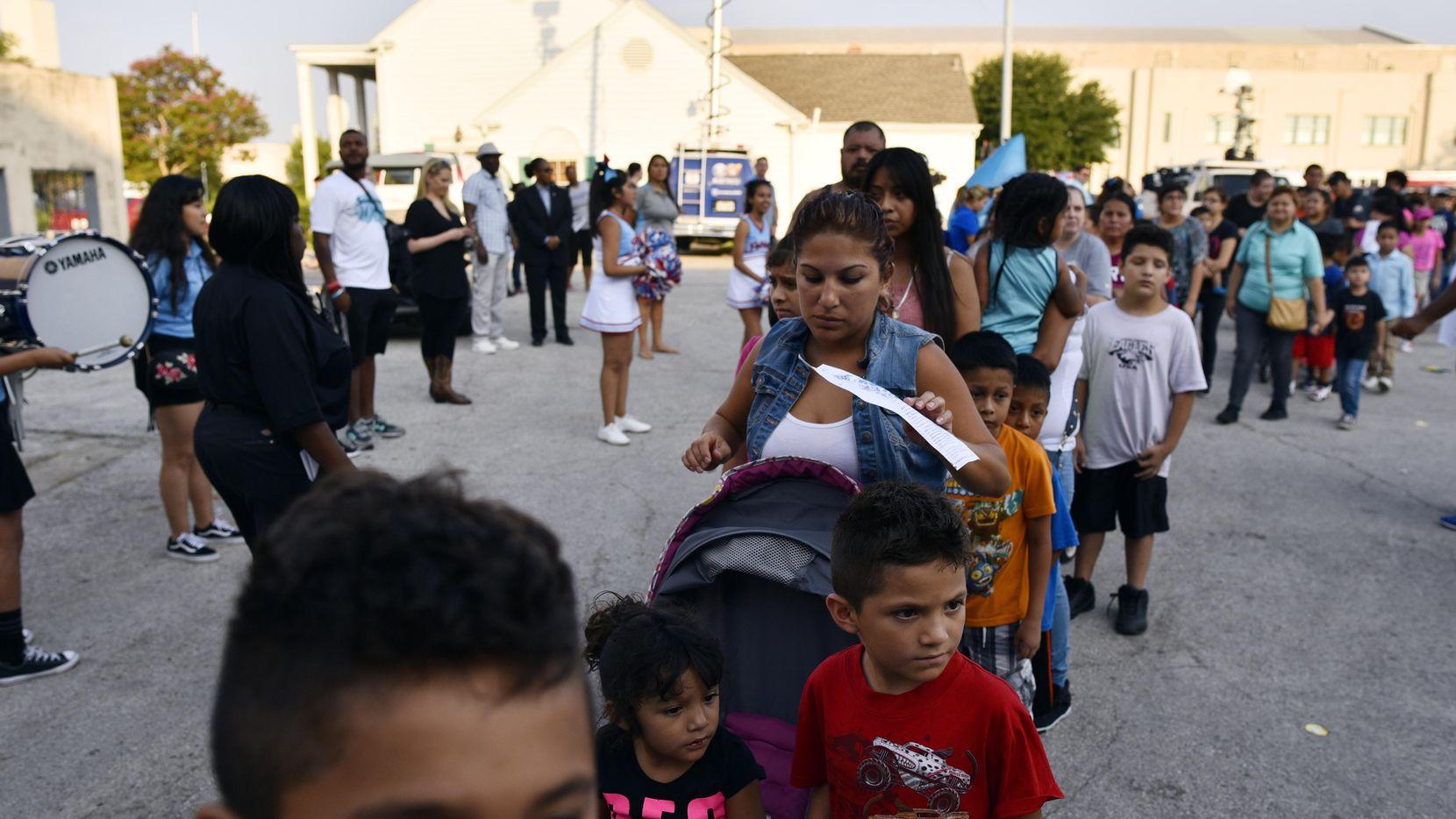 Un grupo de niños durante la feria de regreso a clases organizada por la alcaldía en el 2017. (BEN TORRES/AL DÍA)