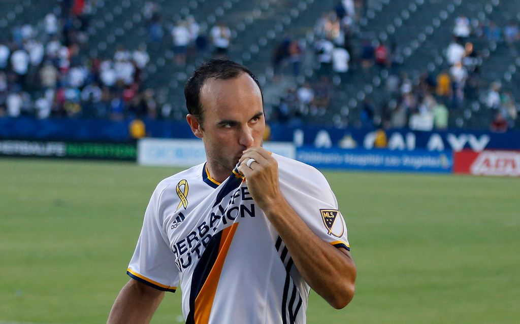 Landon Donovan kisses his jersey while thanking cheering L.A. Galaxy fans  at the Stub Hub Center  in Carson, Calif., on September 11, 2016. (Allen J. Schaben/Los Angeles Times/TNS)