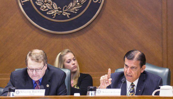 Los senadores estatales Brian Birdwell (izq.) y Eddie Lucio durante la audiencia sobre una iniciativa para prohibir las ciudades santuario en Texas. (AP/ROCARD B. BRAZZIELL)