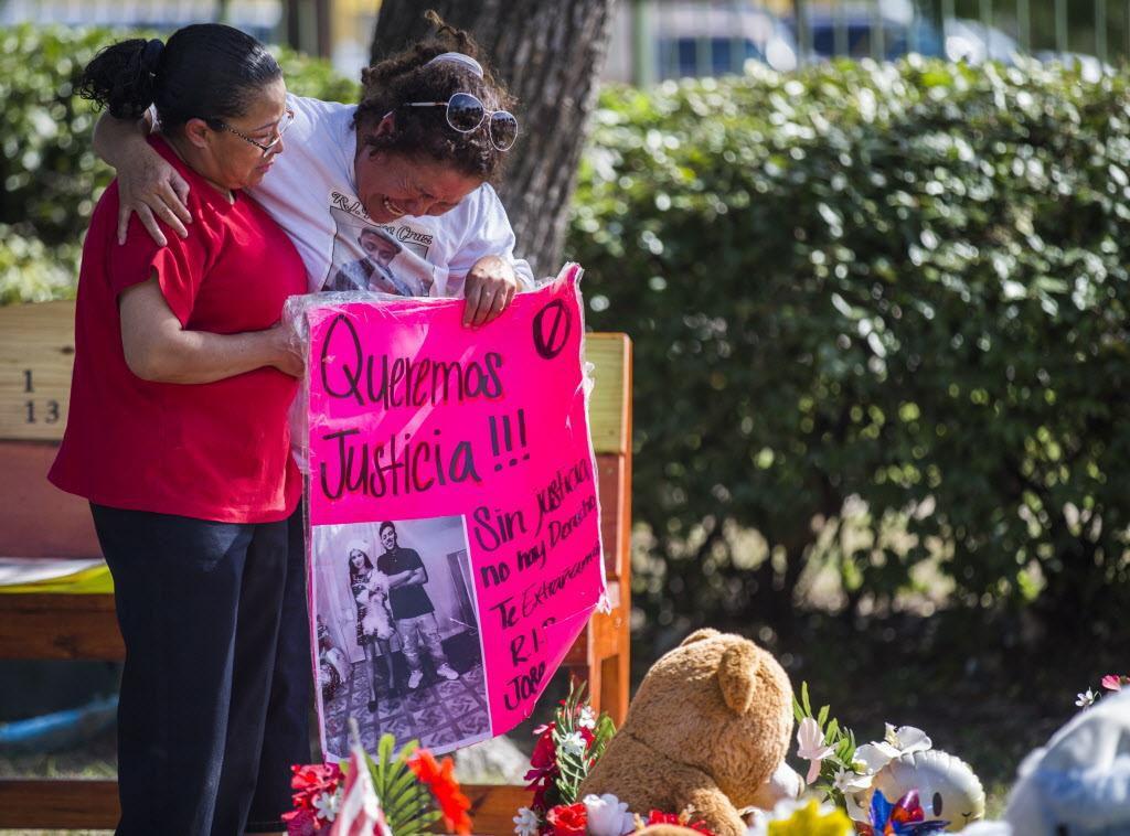 Daisy Sánchez (izq.), tía de José Cruz, y su abuela Norma Ochoa, durante el entierro de Cruz quien murió abatido por un policía. El juicio contra el agente Ken Johnson arrancó esta semana. (DMN/ASHLEY LANDIS)