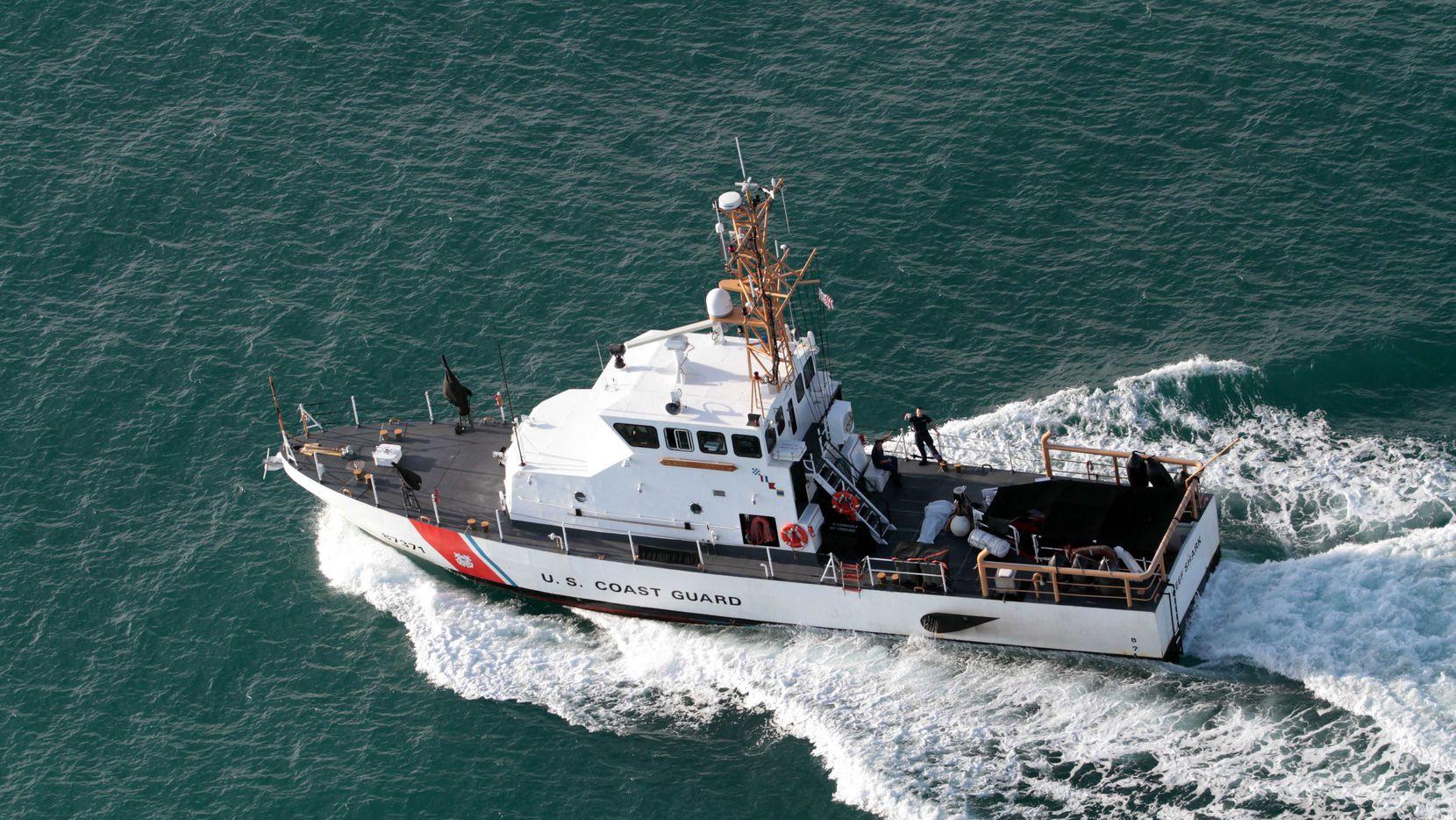 Una embarcación de la Guardia Costera vigila botes que transportes inmigrantes a territorio de Estados Unidos. AP