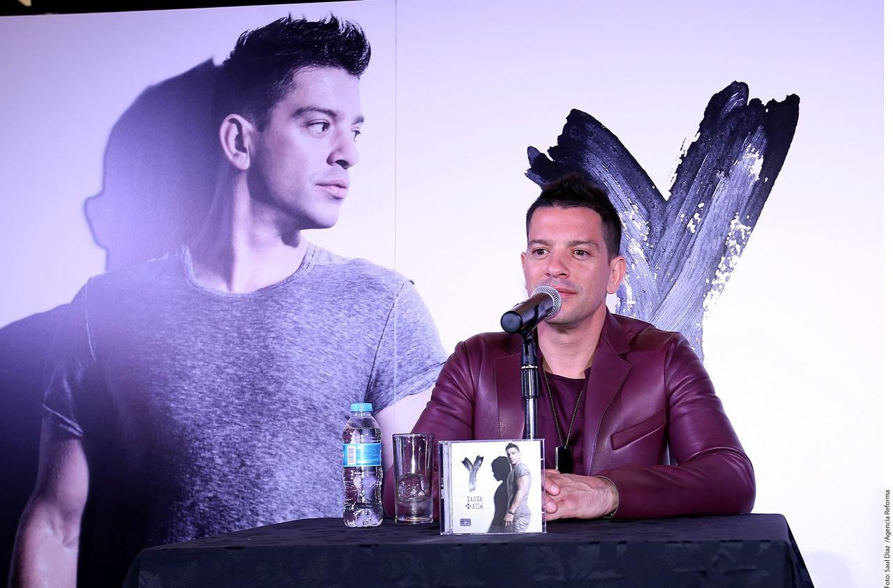 """Yahir dio una conferencia de prensa el miércoles para anunciar el lanzamiento de su nuevo álbum """"+ Allá"""".(AGENCIA REFORMA)"""