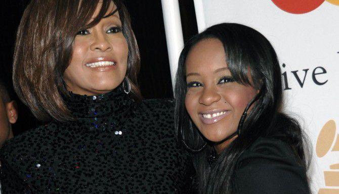 Whitney Houston (izq.) junto a su hija Bobbi Kristina Brown, quien no se recuperó luego de un intento de suicidio en enero. La joven se encuentra en cuidados paliativos. (AP/DAN STEINBERG)