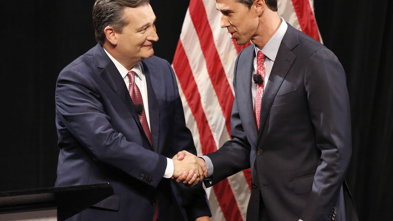 El senador Ted Cruz y el representante Beto O'Rourke se saludan al iniciar el debate del viernes pasado en SMU. (AP/NATHAN HUNSINGER)