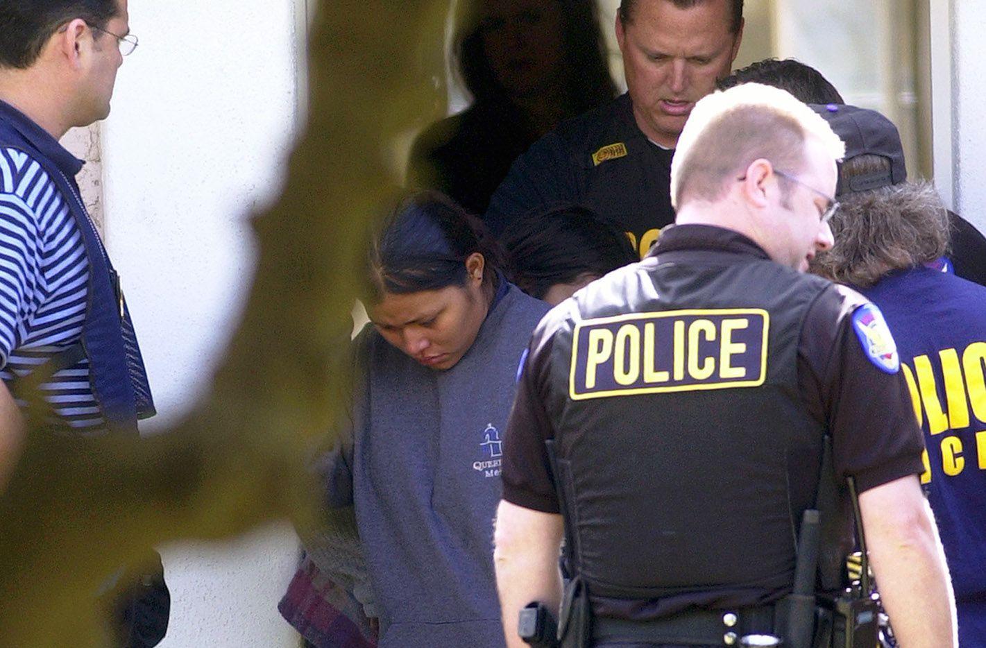 Agentes de policía de Phoenix ayudan en operativos para detener inmigrantes sin autorización de permanecer en el país. AP