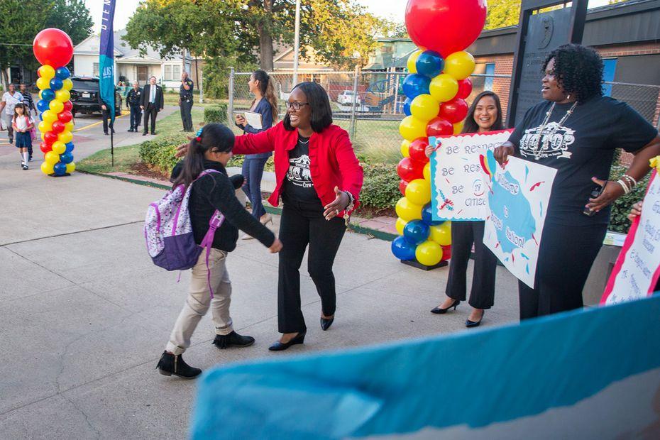 La directora Romikianta Sneed da la bienvenida a los estudiantes del MLK Learning Center, en el sur de Dallas.