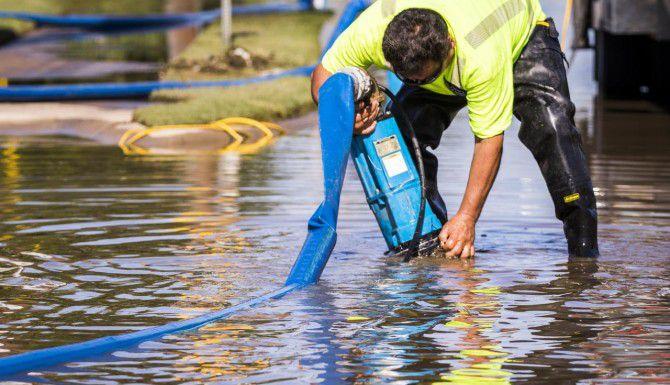 Trabajadores del ayuntamiento de Dallas continúan retirando agua estancada de parques y calles dos semanas después de las tormentas. (DMN/SMILEY N. POOL)
