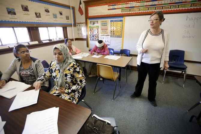 La maestra Teresa Price (der.) instruye a la dominicana María Figueroa y a Fatin Jasmi Naser Hussein de Irak durante una clase de inglés en Abilene, Texas. (AP/TONY GUTIERREZ)