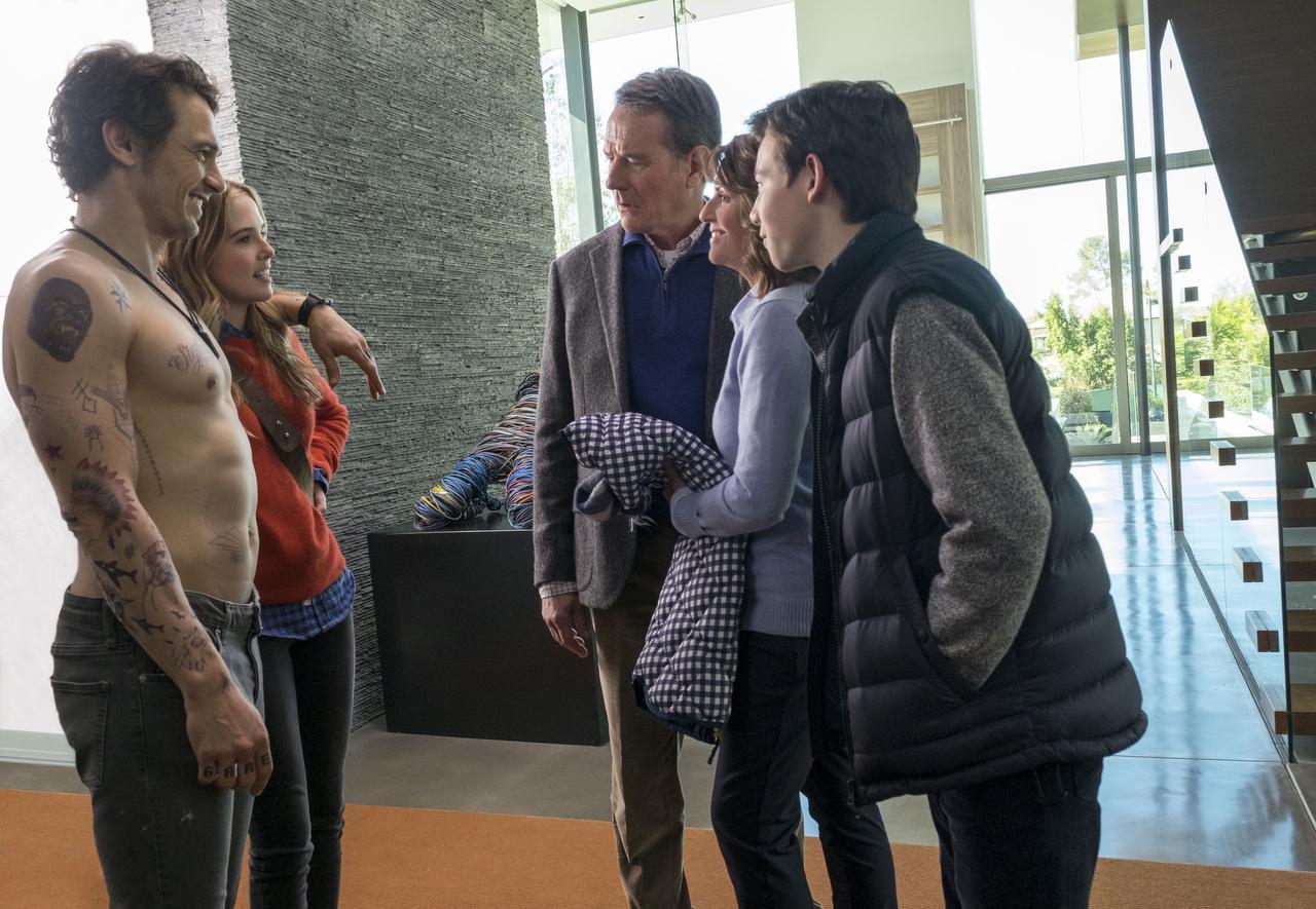 Laird (James Franco, izq.) cuando conoce a la familia de su novia Stephanie (Zoey Deutch).(20th Century Fox)