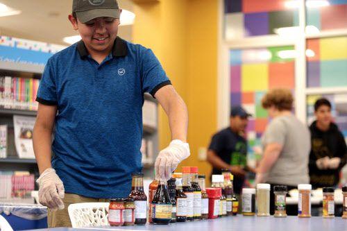 Bryan Vazquez escoge algunas especias durante el Great Ramen Challenge en la biblioteca Shotwell en Grand Prairie, el miércoles. (FOTO ESPECIAL PARA AL DIA/MARIA R. OLIVAS)
