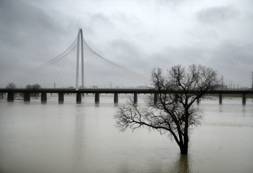 Así luce el río Trinity luego de varios días consecutivos de lluvia. TOM FOX/DMN