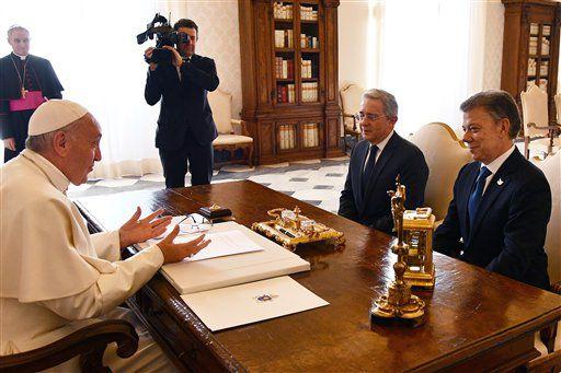 El papa Francisco habla con el presidente de Colombian Juan Manuel Santos (derecha) y el expresidente Alvaro Uribe durante una audiencia en el Vaticano, el 16 de diciembre 2016. (AP)
