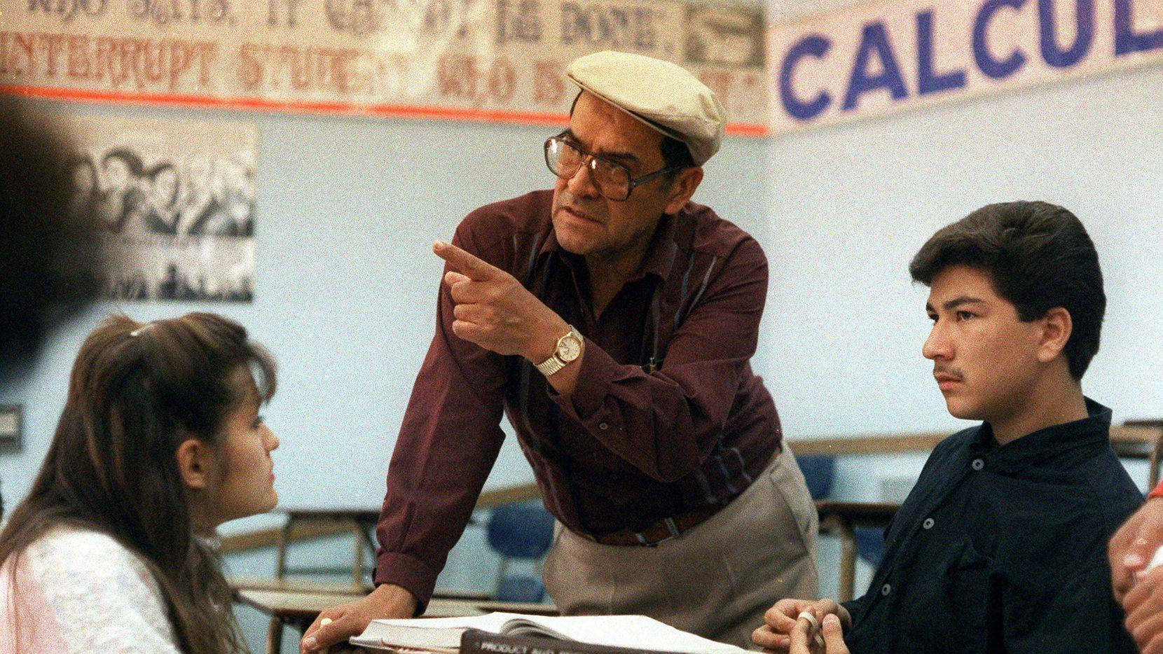 El maestro Jaime Escalante en una fotografía de archivo tomada en 1988. (AP)