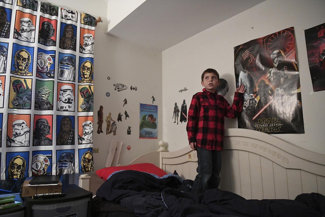 Joe Maldonado, entonces de ocho años de edad, en su cuarto de Secauscus, Nueva Jersey, en esta foto de diciembre del 2016. (AP/DANIELLE PARHIZKARAN)