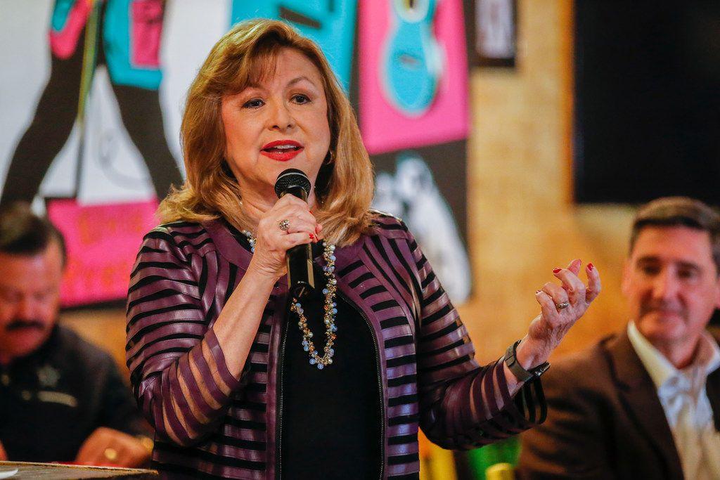 """Regina Montoya, candidata a la alcaldía de Dallas participó recientemente en el foro """"Chorizo y menudo"""" en Oak Cliff. BRANDON WADE/Especial para AL DÍA"""