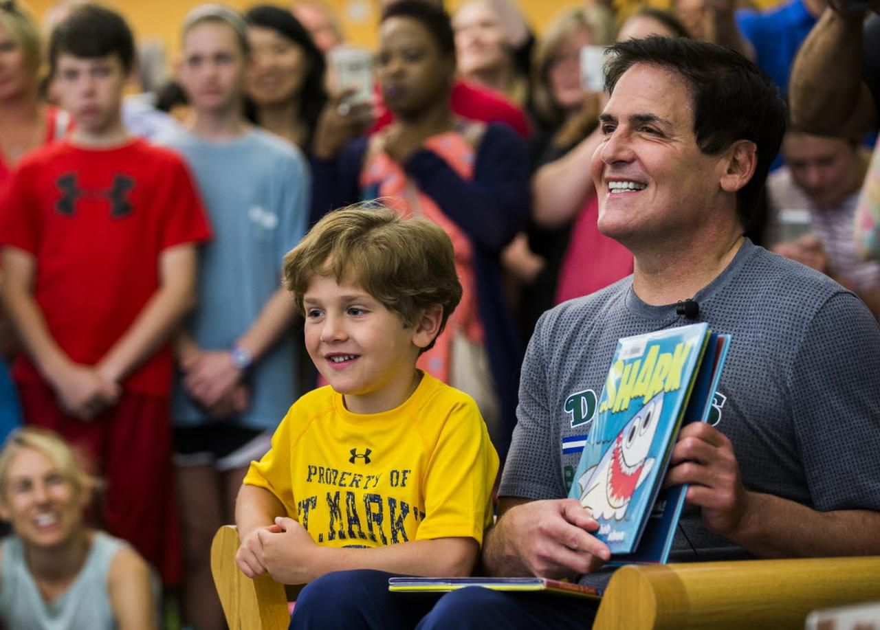 Mark Cuban, dueño de los Mavs, estuvo recientemente en una lectura de libros de cuentos para niños en la sucursal de la biblioteca en Audelia Road. Cuban donó un millón de dólares para la policía de Dallas. (DMN/ASHLEY LANDIS)