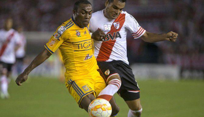 Gabriel Mercado de River Plate (der.) disputa el balón con Joffre Guerrón de Tigres el jueves en Buenos Aires. (AP/IVÁN FERNÁNDEZ)