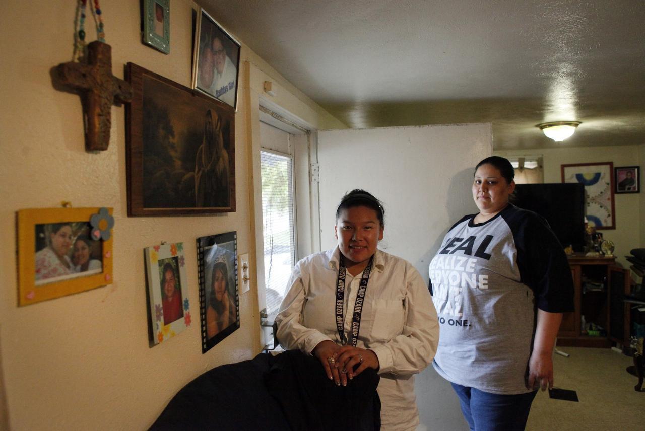 Linda Rodríguez junto a su hija Dawn Marie, en su casa en el vecindario de Los Altos. Rodríguez fue notificada con un correo de voz sobre el fin de su contrato y su posible desalojo. (ESPECIAL PARA AL DÍA/BEN TORRES)