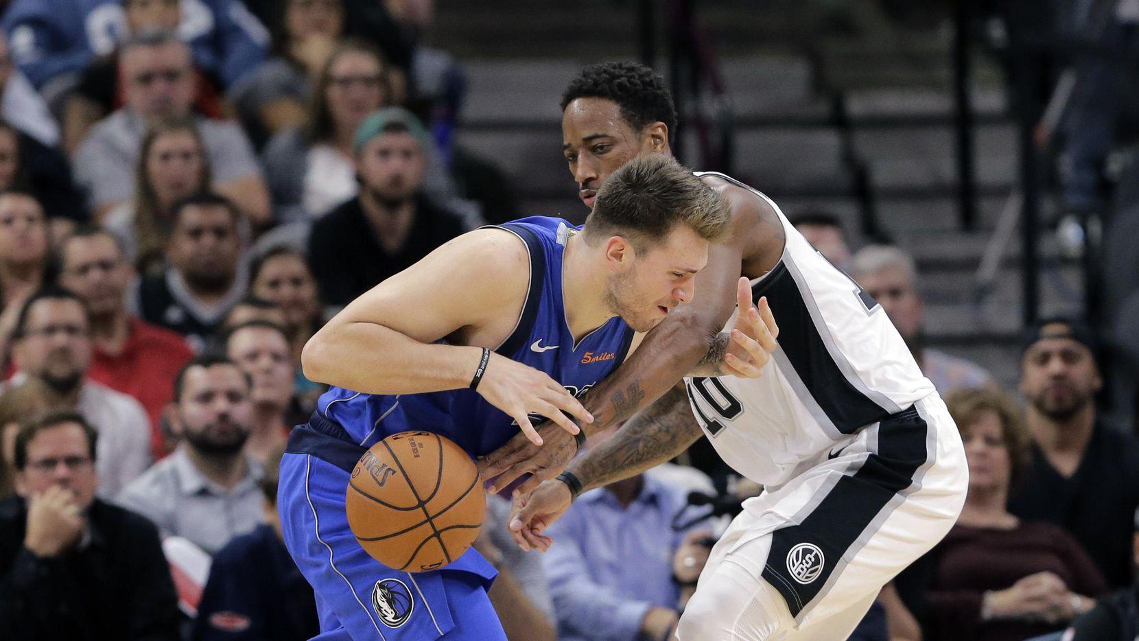 Luka Doncic (izq.) y los Mavs cayeron 113-108 ante los Spurs. (AP/Eric Gay)