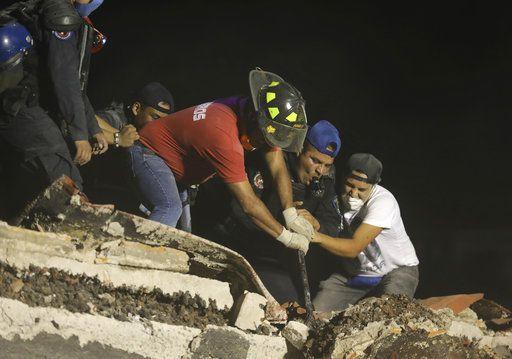 Rescatistas y voluntarios buscan en un edificio derrumbado tras un sismo en el barrio de Colonia Obrera de Ciudad de México, el martes 19 de septiembre de 2017. (AP Foto/Miguel Tovar)