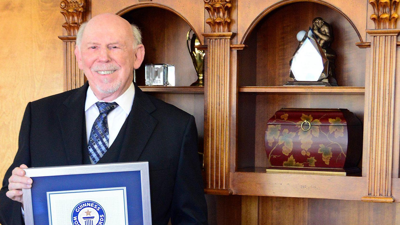 Ben Caballero recibió el reconocimiento de Guinnes, como el mejor vendero de casas del mundo. (HOMES USA/CORTESÍA)