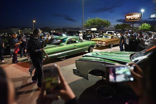 Lowriders de diferentes áreas del Norte de Texas se reunieron en el After Hop, afuera del restaurante Hooters en Grand Prairie, el domingo. (Por BEN TORRES/ESPECIAL PARA AL DÍA)