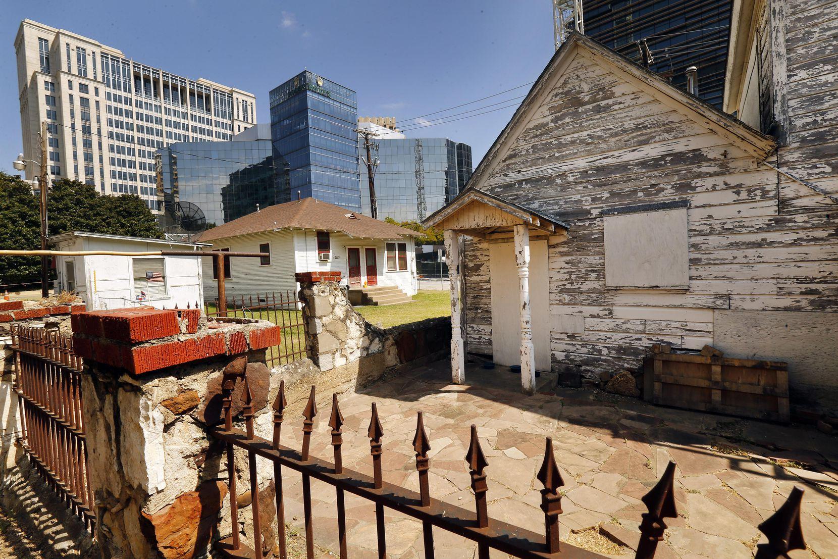 Una de las pocas casas en Payne St, en el barrio alguna vez conocido como Little Mexico. Su dueño, Charlie Villasana, se ha rehusado hasta ahora a vender su propiedad. TOM FOX/DMN
