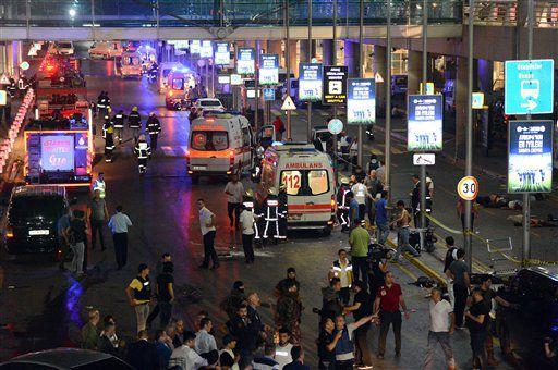 Servicios de emergencia turcos se reúnen frente aeropuerto Ataturk de Turquía, /AP