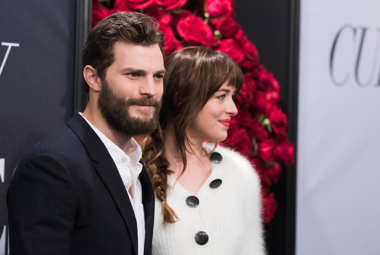 """James Dornan (izq.) junto a Dakota Johnson, protagonistas de """"50 Shades of Grey"""", multinominada a la peor película, incluido Dornan, como el peor actor. (AP/CHARLES SYKES)"""