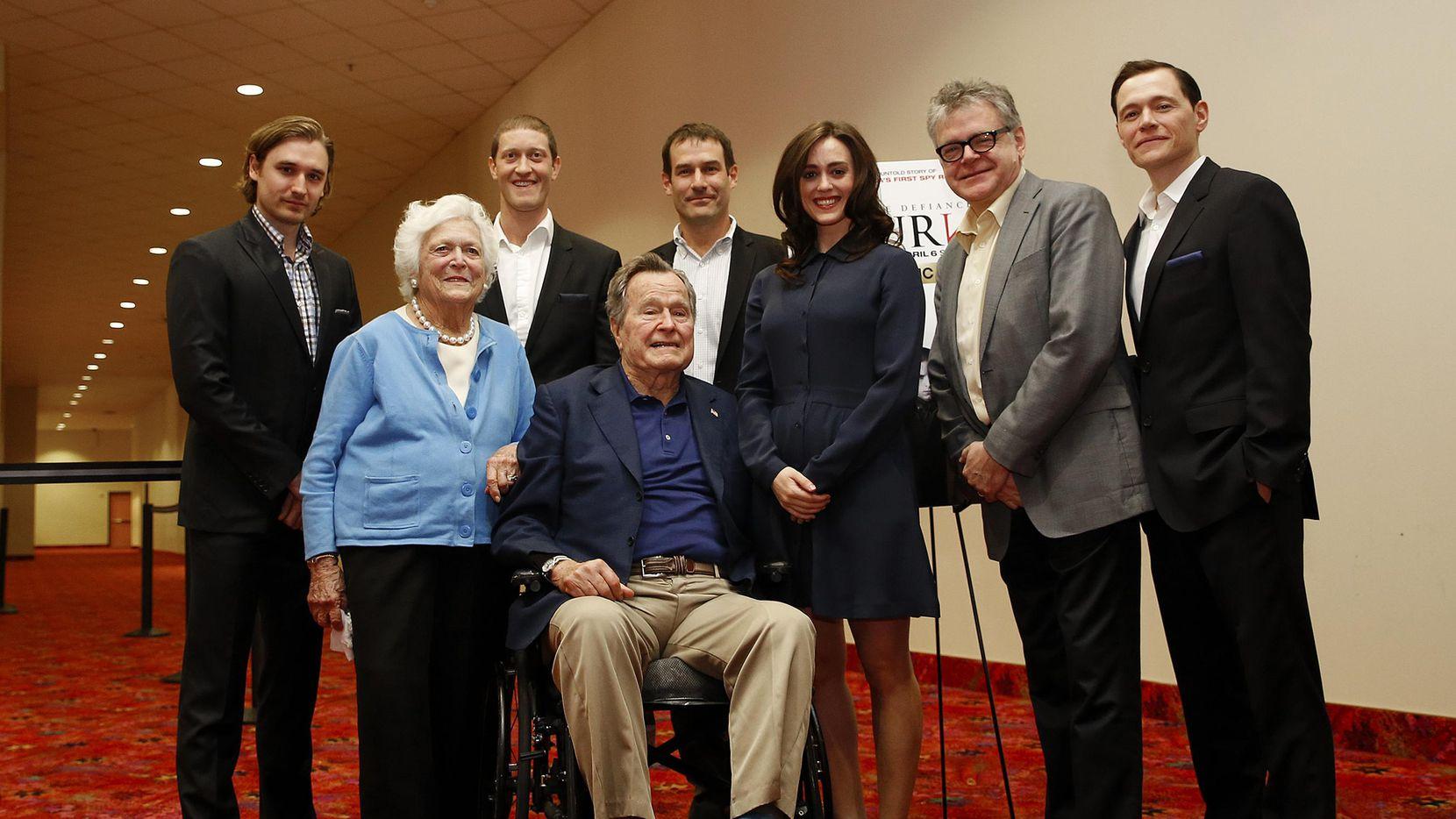 Imagen donde se muestra el momento en tomarse la fotografía de la actriz Heather Lind junto al ex presidente George H.W. Bush, y su esposa Barbara Bush.(CORTESIA AMC)
