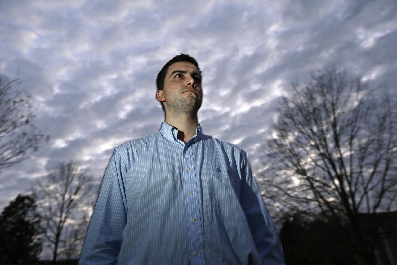Fotografía del 2 de febrero de 2017 de John Cooper cerca de su casa en Chapel Hill, Carolina del Norte. (AP/GERRY BROOME)