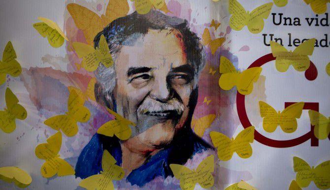 """Un mural en la Ciudad de México muestra al escritor Gabriel García Márquez rodeado de mariposas amarillas, una de las icónicas imágenes de su libro """"Cien años de soledad"""". (AP/EDUARDO VERDUGO)"""
