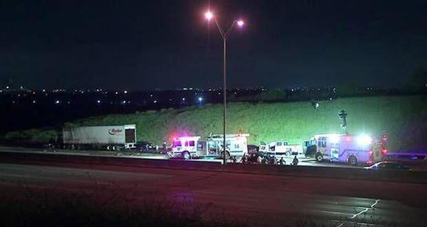 Esta es la escena del accidente que dejó cinco muertos en una carretera de Fort Worth. (KXAS-TV/CORTESÍA)