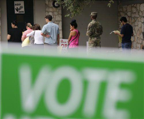 Votantes esperan para votar temprano en San Antonio el viernes, 4 de noviembre. (AP)