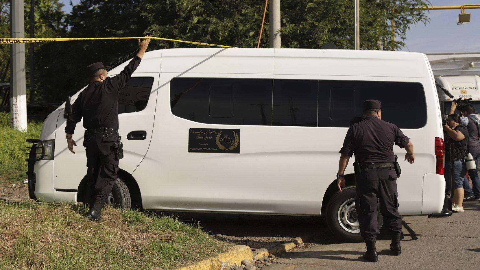 Un vehículo funeral transportó los cuerpos de Óscar Alberto Martínez Ramírez de 25 años y su hija Valeria de 23 meses desde Matamoros a El Salvador. (AP/Salvador Melendez)