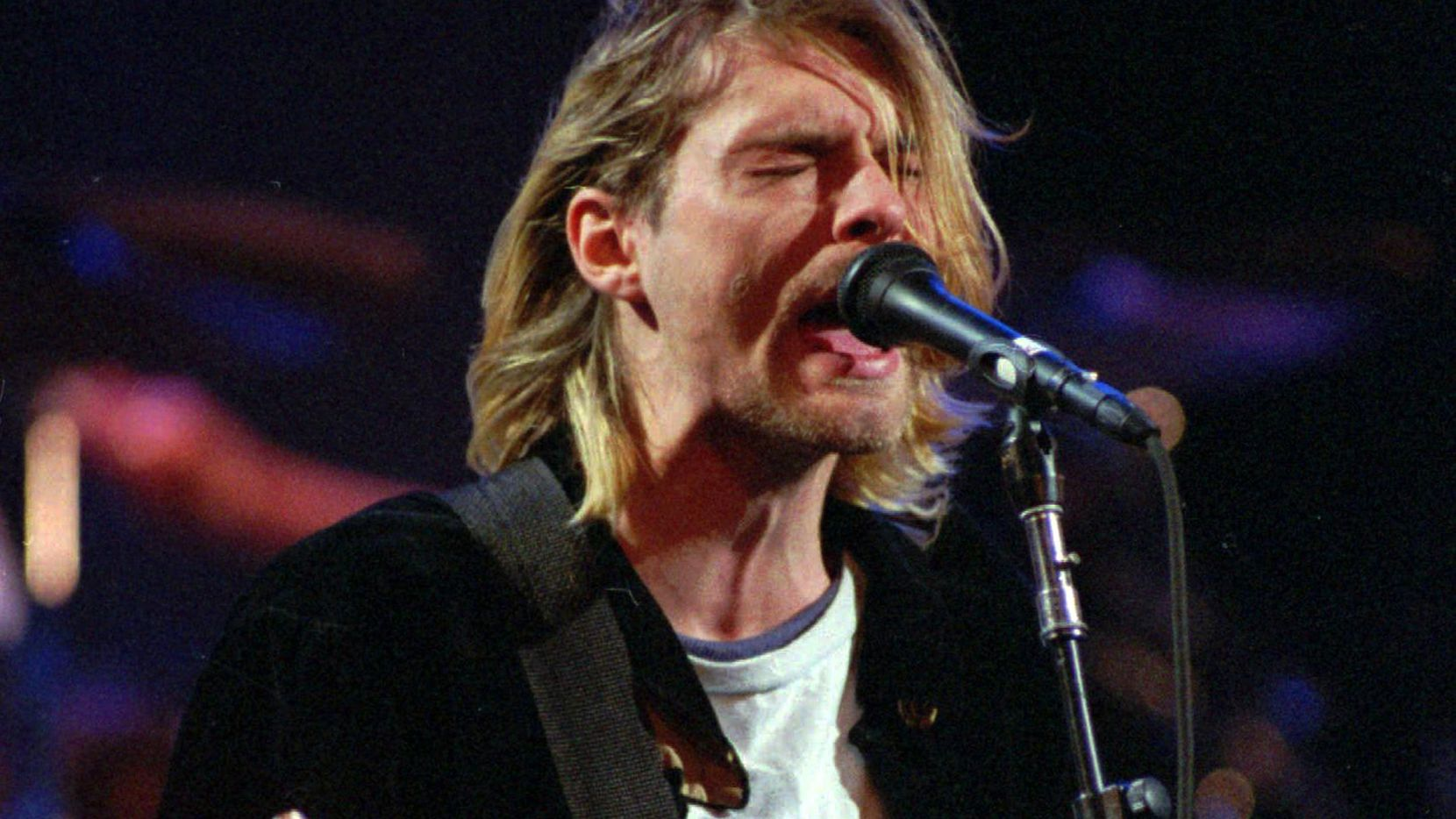 Kurt Cobain en una foto de concierto de Nirvana en 1993 en Seattle.(AP)