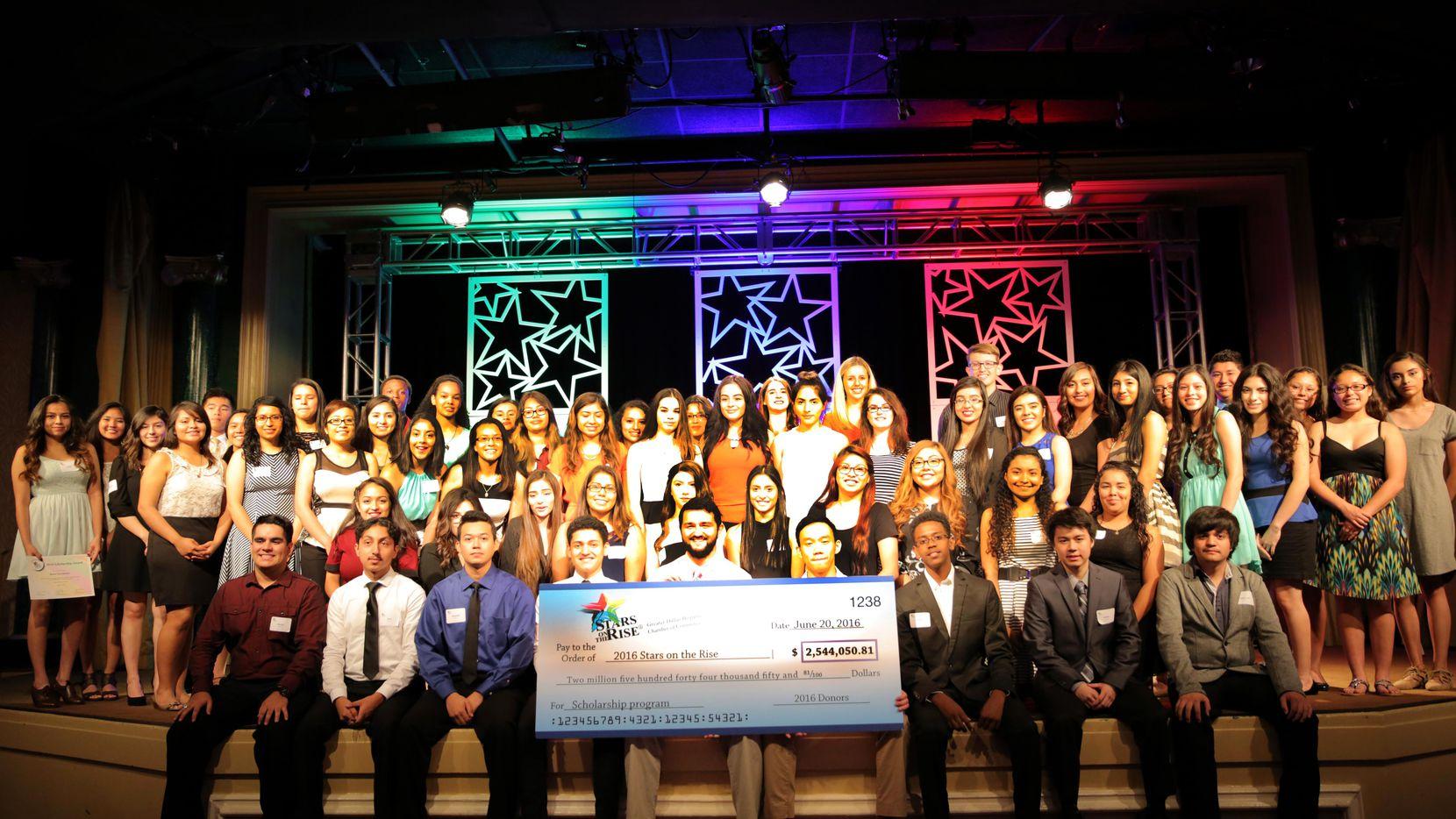 Los ganadores del año pasado de las becas Stars on the Rise, entregadas por la Cámara de Comercio Hispana de Dallas, posan con un cheque de $2.5 millones, fondos que se repartieron entre los aspirantes.(CORTESÍA)