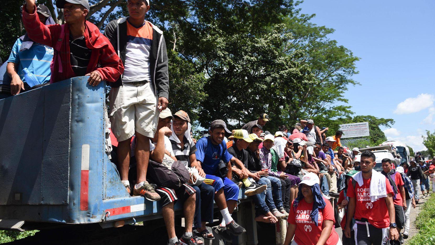 Migrantes hondureños abordan el remolque de un camión el lunes afuera de Tapachula, Chiapas. (AFP/Getty Images/JOHAN ORDONEZ)