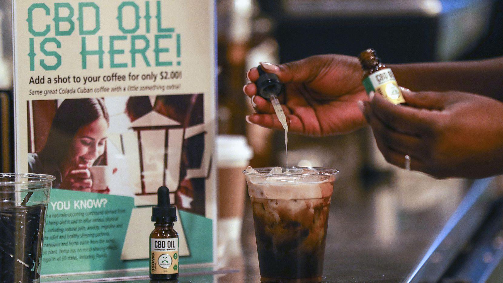 Una persona agrega gotas del compuesto CBD a un café en Fort Lauderdale, Florida. (AP/Jennifer Lett)