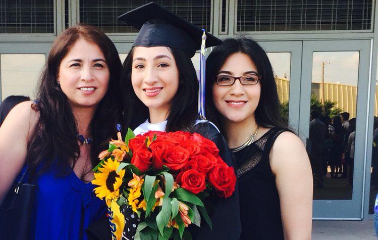 Melissa Azúa (centro) con su madre y hermana durante su día de graduación (Cortesía)