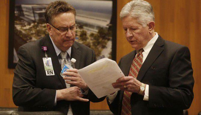 Ron Laxton (izq.) y Jerry Bryant, discuten un proyecto durante una reunión de la mesa directiva del hospital Parkland de Dallas. La mesa aprobó esta semana permitir que el Parkland se asocie con varios hogares para el cuidado de ancianos en el área de Dallas. (DMN/ARCHIVO)