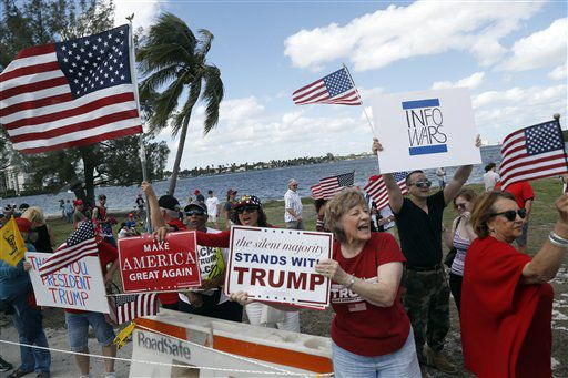 Partidarios del presidente Donald Trump le muestran su apoyo en un acto frente a la finca de Mar-a-Lago, Palm Beach, Florida, sábado 4 de marzo de 2017. Foto AP