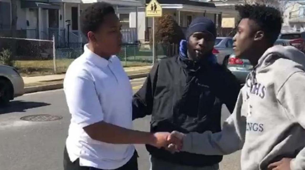 Ibn Ali Miller (en medio), detuvo una pelea entre dos adolescentes no identificados y los convence de que se estrechen la mano en Atlantic City.(FACEBOOK)