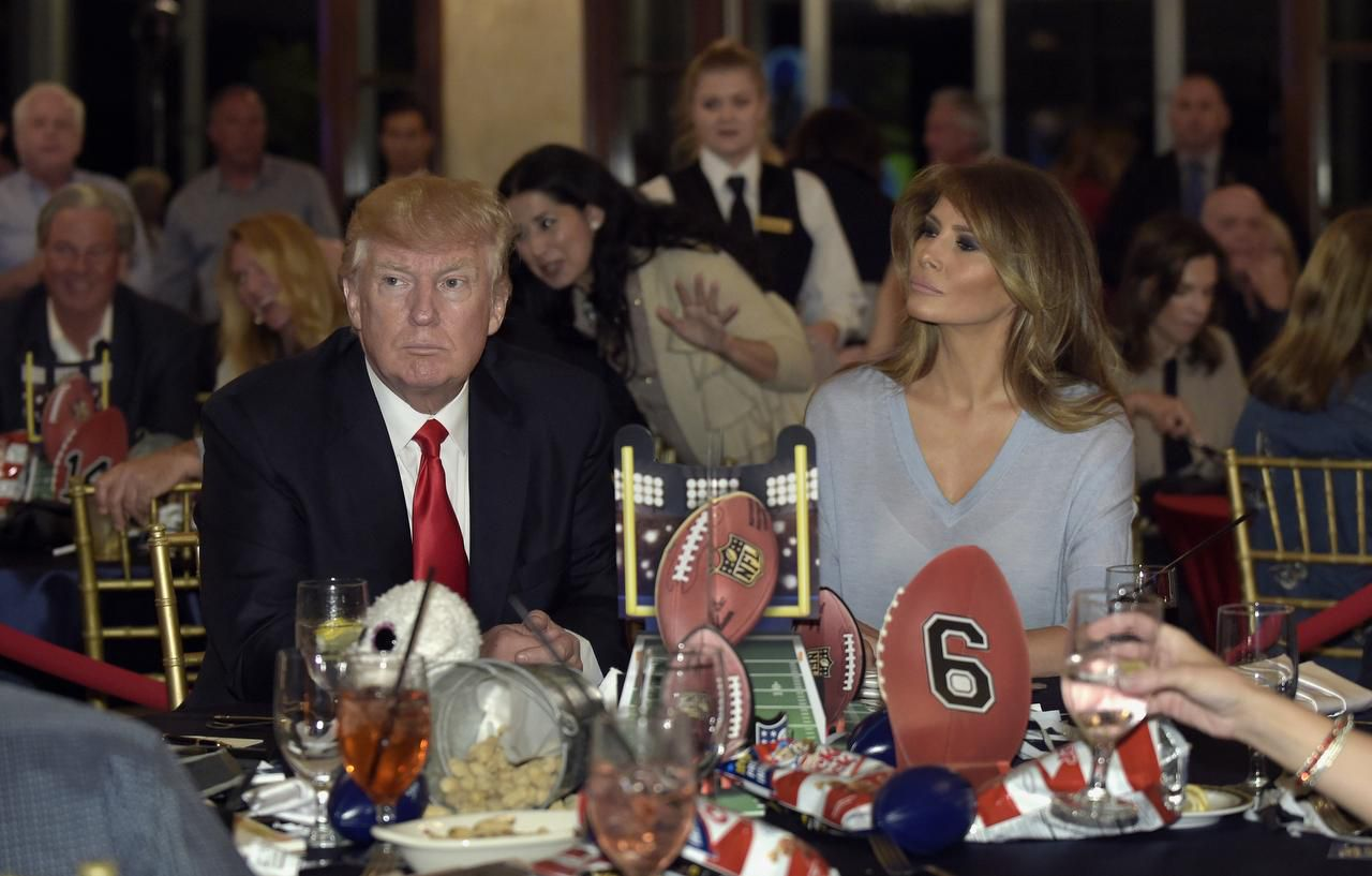 El presidente de Estados Unidos, Donald Trump, y la primera dama, Melania Trump, asisten a una fiesta por el Super Bowl en el Trump International Golf Club de West Palm Beach, Florida, el 5 de febrero de 2017. (AP/SUSAN WALSH)