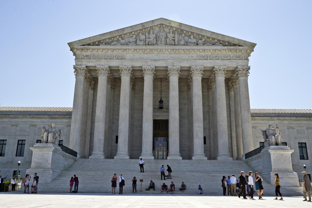 La Corte Suprema abordará una ley que trata de forma distinta a hombres y mujeres que tienen hijos en el extranjero. (AP/ALEX BRANDON)