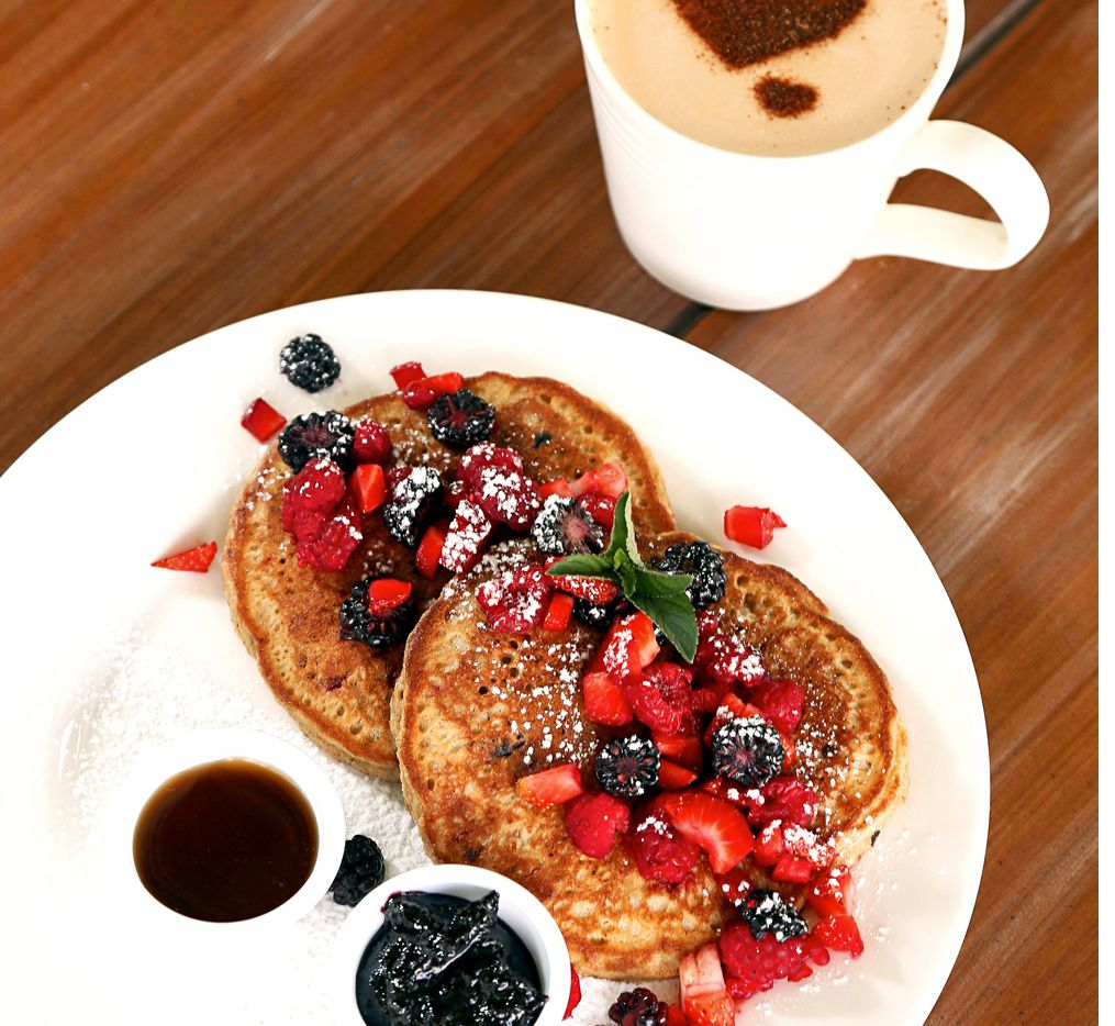 Estos Pancakes, Hot Cakes o panqueques de fresa harán feliz a mamá en su gran día. Foto AGENCIA REFORMA