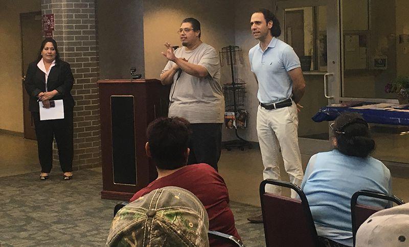 Vecinos de West Dallas se reunieron el sábado con su rentero, Khraish Khraish, dueño de HMK, la empresa dueña de sus casas.  (AL DÍA)